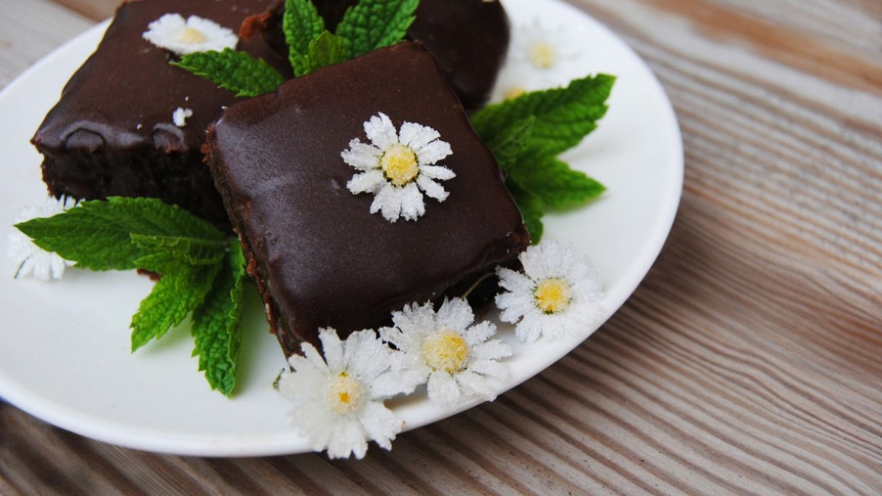 Mätovo čokoládový koláč s kandizovanými sedmokráskami