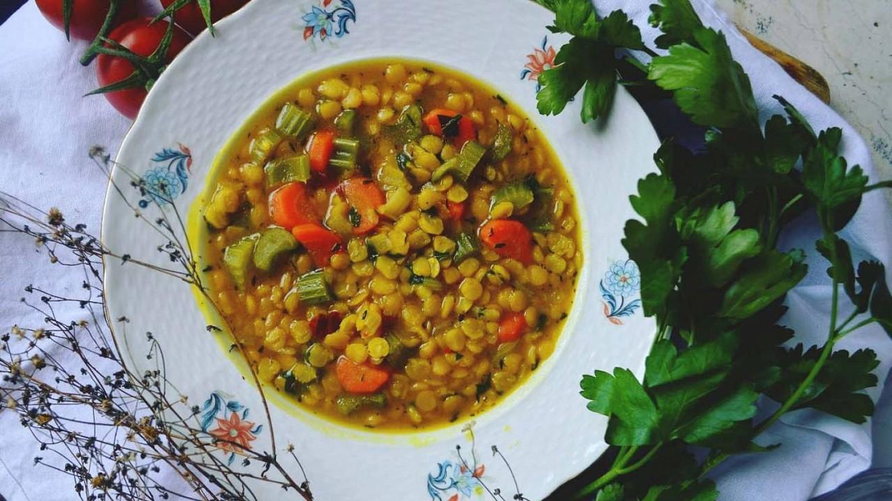 Hrachová polievka s kurkumou a vôňou tymiánu